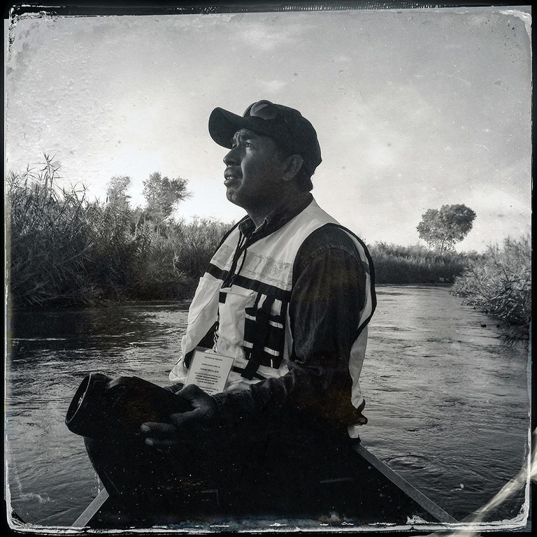 José Juan Butrón in a canoe just below the Morelos Dam, on a marsh bird survey on the day after the beginning of the pulse release.