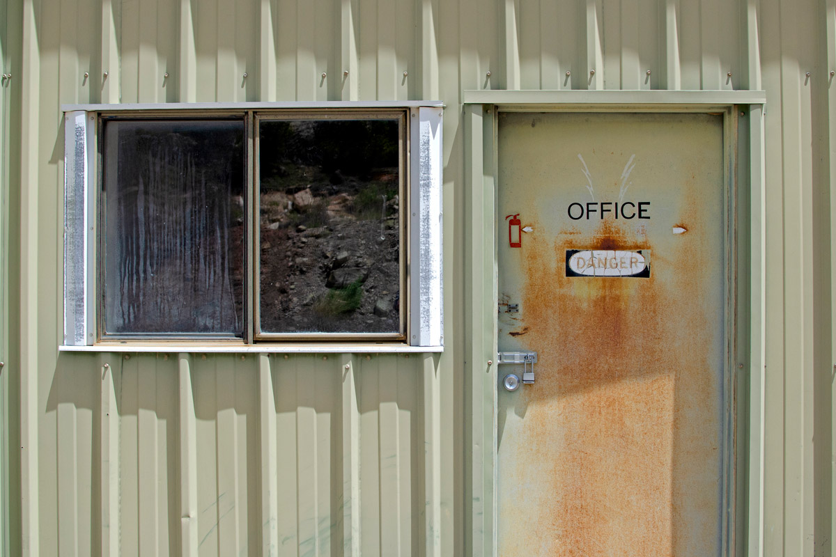 The office at one of the Sunday Mine Complex's five operations sits unused. Mark Olalde/Center for Public Integrity